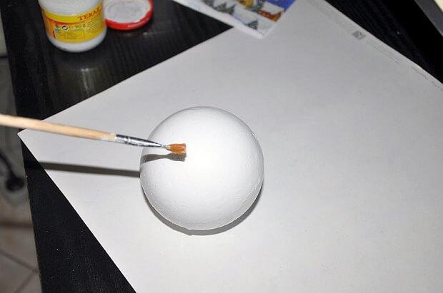 Styropianowa bombka przed malowaniem