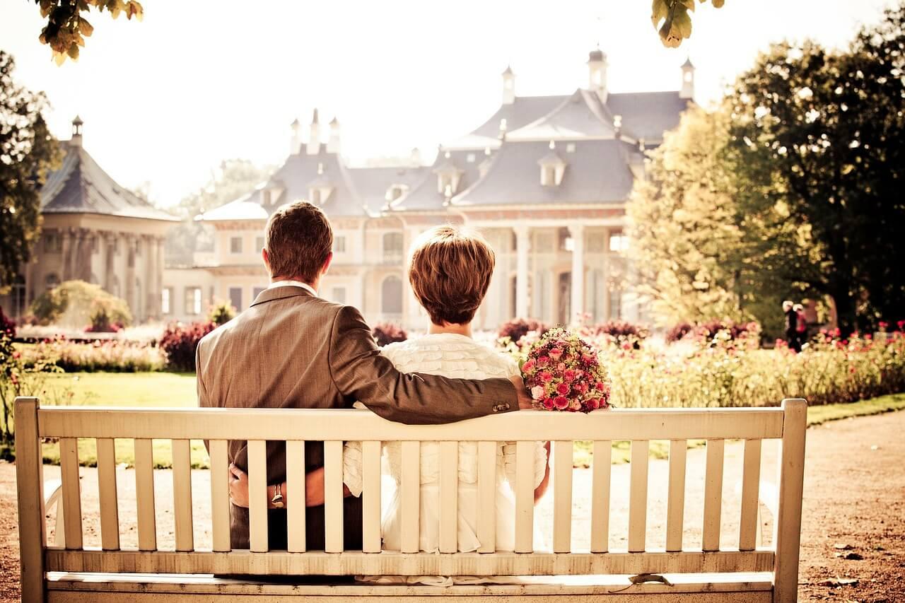 ślubne zdjęcia z pałacem w tle