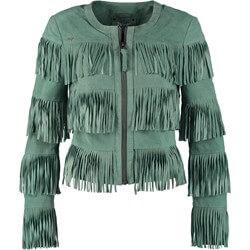 zielona kurtka z fredzlami