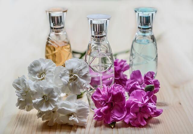Flakony z perfumami i kwiaty