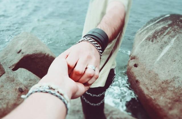 Dwoje ludzi trzymających się za ręce
