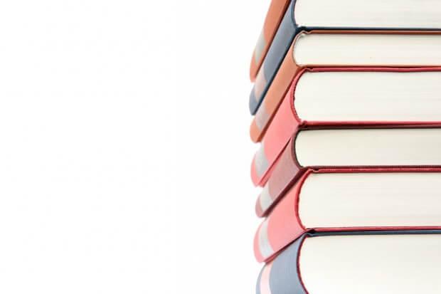 książki ułożone w stos