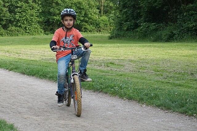 chłopczyk w kasku na rowerze