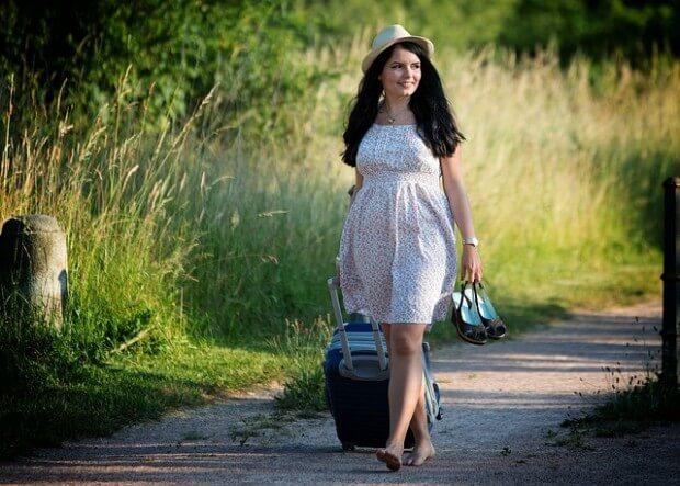 dziewczyna w białej sukience z walizką