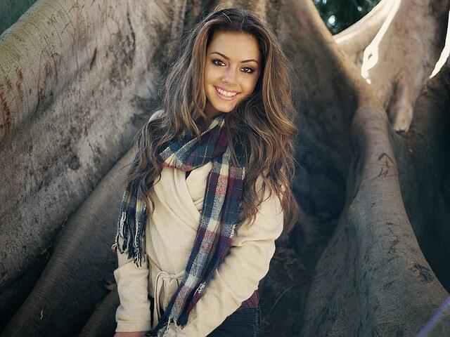 Uśmiechnięta dziewczyna w płaszczu