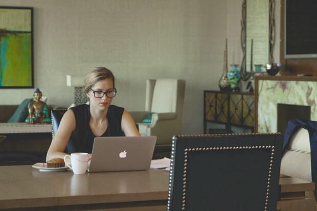 kobieta siedząca przy biurku