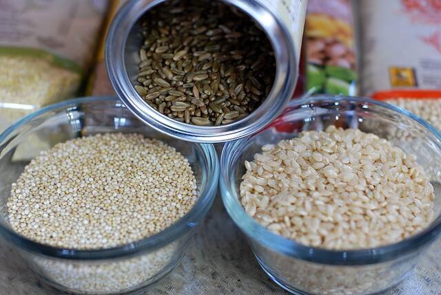 Różne rodzaje ryżu w miskach