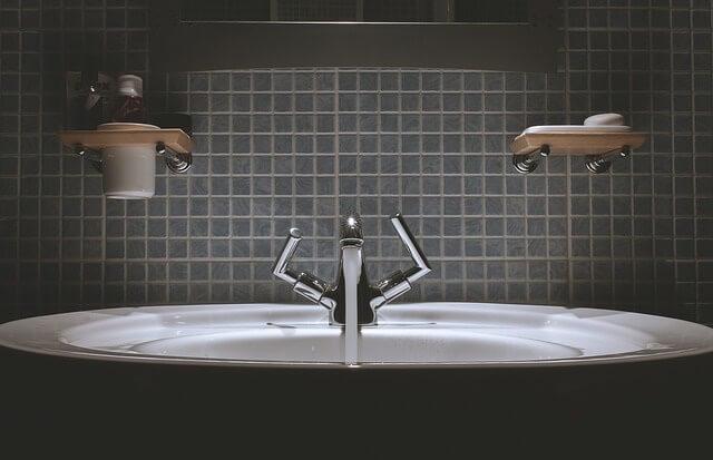 Umywalka w odkręconym kranem