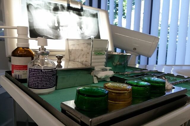 Prześwietlenie rentgenowskie szczęki i przyrządy stomatologiczne