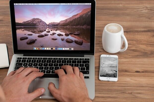 osoba pracująca przed komputerem