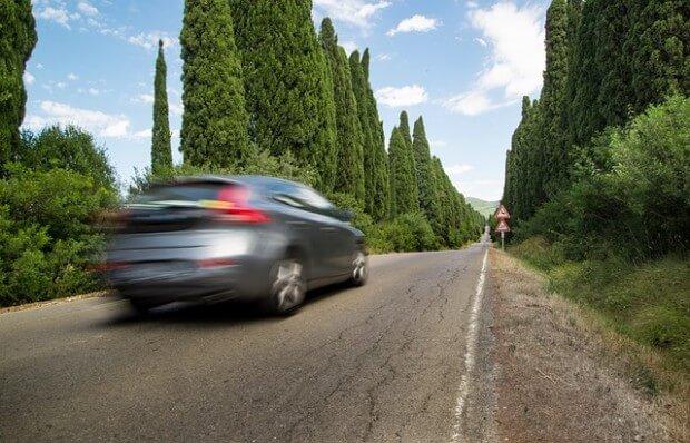 szybko jadące auto