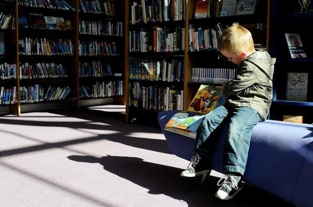 chłopczyk w bibliotece