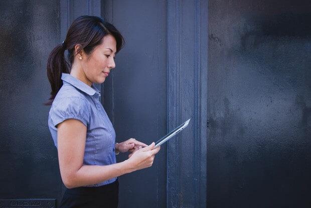 kobieta czekająca na rozmowę kwalifikacyjną