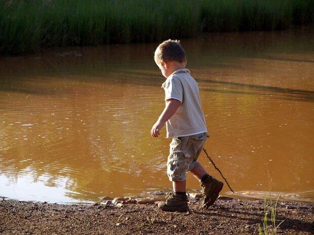 Chłopiec nad jeziorem