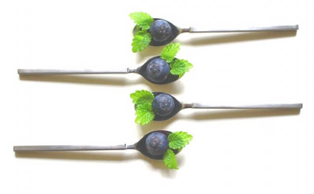 Cztery łyżeczki z jagodą