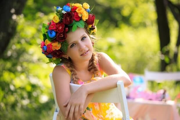 Dziewczynka z wiankiem na głowie