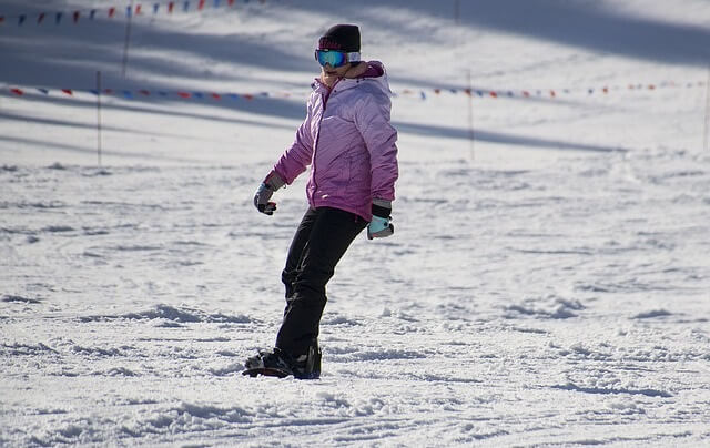 Kobieta na snowboardzie