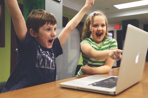 dzieci siedzące przed komputerem