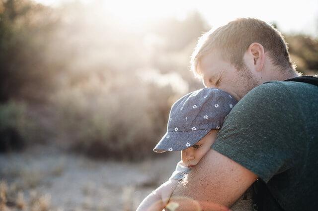 ojciec spędzający czas  z dzieckiem