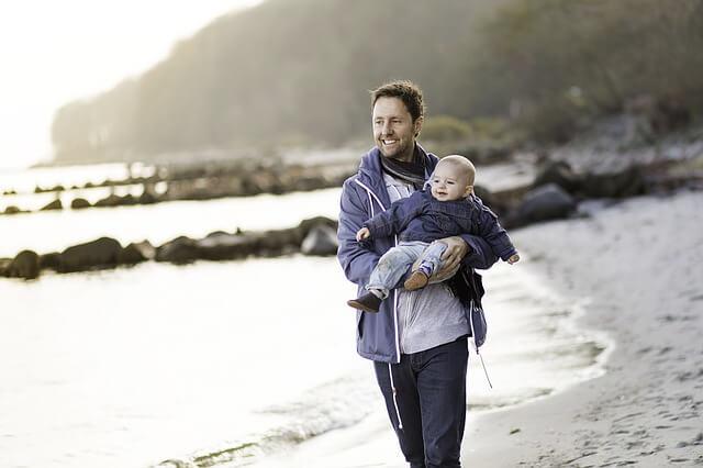 ojciec z dzieckiem na spacerze
