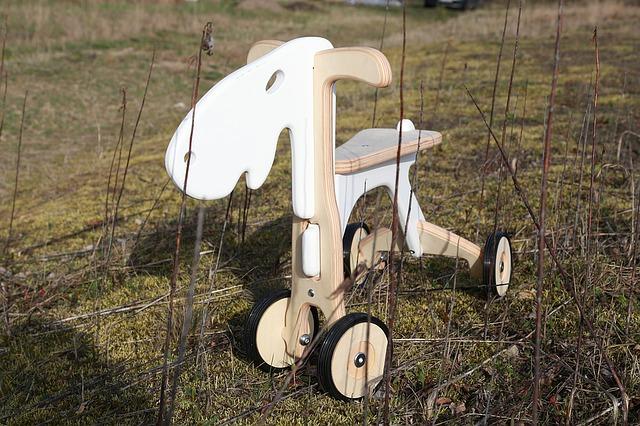 Drewniany jeździk dla dziecka