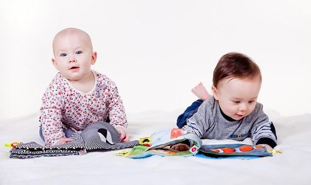 Dwoje małych dzieci