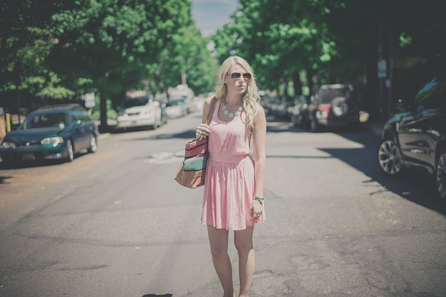 Kobieta w różowej sukience