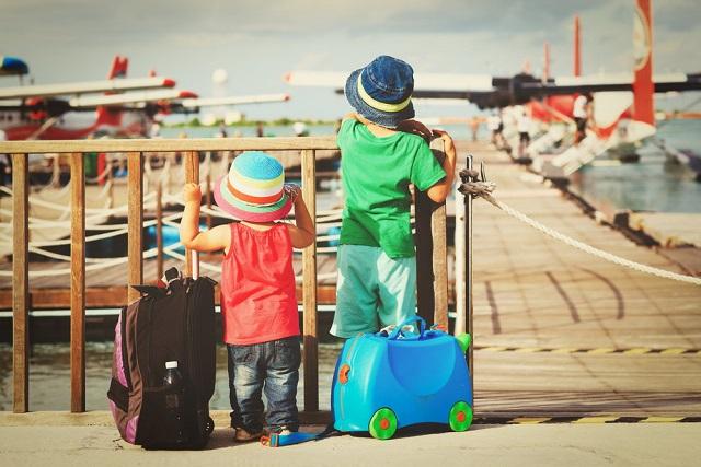 Dzieci z walizkami na wakacjach