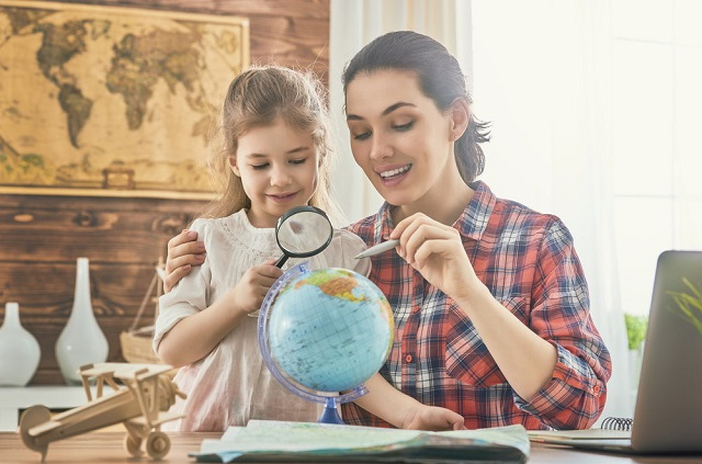 Mama i córka planujące podróż
