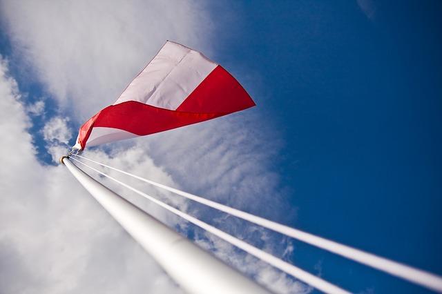 flaga Polski widziana od spodu