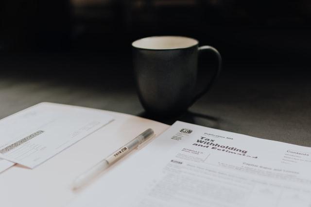 Dokumenty księgowe i kubek