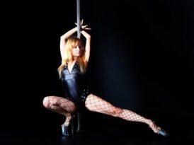 Pole dance – dla kogo? Kto powinien wybrać się na zajęcia pole dance i jak one wyglądają?